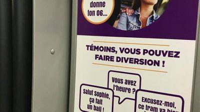 Affiche de TBM dans les tramway visant la réaction des témoins de harcèlement
