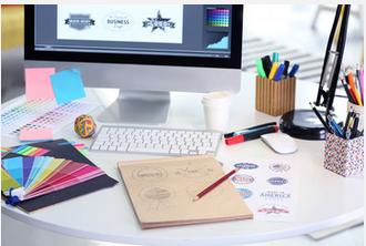 Un bureau avec des dessins de logo en préparation
